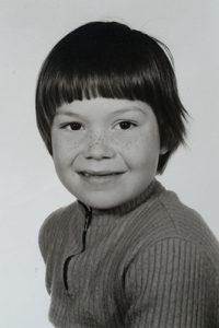 Marcel Maassen als kleine man die aardbeien op z'n sproeten deed