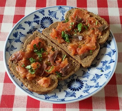 HeemskerkMaassen-toast-met-tomatenpulp-en-zoute-asjovis-en-basilicum